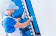 serramentista posa una finestra